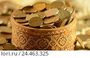 Купить «Деньги падают в чашку. Концепция увеличения прибыли и доходов», видеоролик № 24463325, снято 9 декабря 2016 г. (c) Сергеев Валерий / Фотобанк Лори