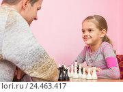 Купить «Папа и дочка радостно смотрят друг на друга, играя в шахматы», фото № 24463417, снято 9 декабря 2016 г. (c) Иванов Алексей / Фотобанк Лори