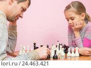 Папа и семилетняя дочка играют в шахматы. Стоковое фото, фотограф Иванов Алексей / Фотобанк Лори