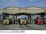 Купить «Germany, Hessen, home Flörs, shell-great tank farm, Lkw's, filling attachment, Europe, economy, industry, great tank farm, tank farm, temporary storage...», фото № 24463989, снято 11 января 2006 г. (c) mauritius images / Фотобанк Лори
