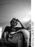 Купить «Armchairs, woman, young, dark-skinned, sunglasses, sit, gesture, b/w, young, curls, wavy, ruffles, fashion, sit, wait laxly, careless, comfortably, leisure...», фото № 24471197, снято 28 января 2003 г. (c) mauritius images / Фотобанк Лори