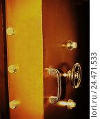Купить «Tresortüre, detail, bank, safe deposit, golden safe, safe, safe, steel cupboard, openly, security, safety cabinet, locking system, locking mechanism, rotary...», фото № 24471533, снято 1 декабря 2005 г. (c) mauritius images / Фотобанк Лори