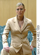 Купить «Businesswoman, young, glasses, serious,  self-confidently, stand, gaze camera», фото № 24482189, снято 20 июля 2018 г. (c) mauritius images / Фотобанк Лори