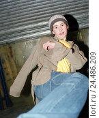 "Купить «Teenager, cap, gesture, footstep   Teenagers, boy, 13-15 years, youth, gaze camera, headgear, rope cap, shirt, jeans, far, nonchalant, cool, casual, ""Schlabberlook"", pose, fight», фото № 24486209, снято 23 мая 2018 г. (c) mauritius images / Фотобанк Лори"