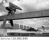 Купить «Germany, North Rhine-Westphalia, Nordrhein-Westfalen, Neuss, harbour, load crane, s/w,», фото № 24486849, снято 11 декабря 2018 г. (c) mauritius images / Фотобанк Лори