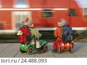 Купить «Platform, infants, twins, Bobby's coaches, back view, train, motion blur children, babies, Mehrlinge, siblings, go away, world strollers, luggage, travel...», фото № 24488093, снято 1 марта 2004 г. (c) mauritius images / Фотобанк Лори