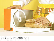 Купить «Woman, apron, detail, bread slicer, loaf of bread, curled, 20-30 years, housewife, housewife's existence, housework, household, crust bread, bread, loaf...», фото № 24489461, снято 24 мая 2018 г. (c) mauritius images / Фотобанк Лори