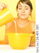 Купить «Woman, young, bowl, measuring mugs, milk, pour in, portrait, women's portrait, 20-30 years, housewife's existence, household, housework, cooking, baking...», фото № 24491581, снято 22 декабря 2005 г. (c) mauritius images / Фотобанк Лори