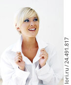 Купить «Woman, young, blond, cheerfully, sidelong glance, Gesture, portrait,  short-haired, eye color blue, made up, makeup, blouse, mood, positively, happily...», фото № 24491817, снято 17 августа 2018 г. (c) mauritius images / Фотобанк Лори