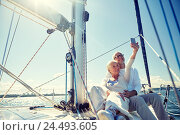 seniors with smartphone taking selfie on yacht. Стоковое фото, фотограф Syda Productions / Фотобанк Лори