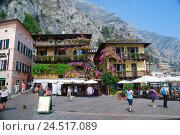 Купить «Italy, Lombardy, Gardasee, west shore, lime sul Garda, Piazzetta, tourists,», фото № 24517089, снято 9 декабря 2009 г. (c) mauritius images / Фотобанк Лори