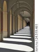 Купить «Arcades, round arches, lamps, light, shade, person, Germany, Bavaria, Munich, court garden,», фото № 24519461, снято 22 января 2010 г. (c) mauritius images / Фотобанк Лори