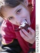 Купить «Girls, chocolate marshmallow, eat, portrait, child, view camera, sponge cake, nibble, enjoy, sweet, sweetness, sweets, calories, ungesung, outside», фото № 24523881, снято 8 марта 2004 г. (c) mauritius images / Фотобанк Лори