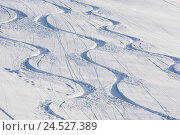 Купить «Deep snow, ski tracks, three, tracks, bends, curved, winding, curves, snow, winter, freedom, amusement, nature, deserted, skiing area, winter sports, winter...», фото № 24527389, снято 2 марта 2009 г. (c) mauritius images / Фотобанк Лори