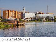 """Дубна. Вид на торгово-развлекательный центр """"Маяк"""" и озеро в Парке семейного отдыха (2015 год). Редакционное фото, фотограф Orion34 / Фотобанк Лори"""