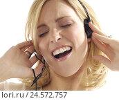 Купить «Woman, young, sing, earphone, portrait, cropped,», фото № 24572757, снято 17 августа 2018 г. (c) mauritius images / Фотобанк Лори