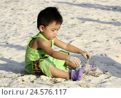 Купить «The Philippines, beach, boy, Sand, play, summers, short-poor, to boy, fellow, child, person, sit, side view, dark-skinned, sandy beach, sandals, Asian, Asia,», фото № 24576117, снято 22 марта 2011 г. (c) mauritius images / Фотобанк Лори
