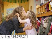 Купить «Kindergarten, mother, daughter, kiss, adoption, sidewise, people, woman, child, girl, kindergartner, blond, curls, love, mother love, farewell, wardrobe...», фото № 24579241, снято 21 июля 2018 г. (c) mauritius images / Фотобанк Лори