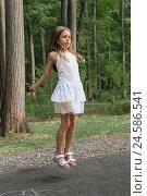 Девочка прыгает через скакалку на асфальте в парке. Стоковое фото, фотограф Татьяна Вишнякова / Фотобанк Лори