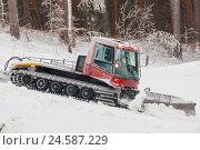 Купить «Ратрак укатывает снег на склоне лыжной трассы», фото № 24587229, снято 3 декабря 2016 г. (c) Александр Цуркан / Фотобанк Лори