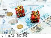 Купить «Маленькие новогодние подарки на деньгах», фото № 24587305, снято 9 декабря 2016 г. (c) Наталья Осипова / Фотобанк Лори