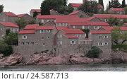 Купить «Здания с красными крышами на острове отеле Свети Стефан, Черногория», видеоролик № 24587713, снято 25 октября 2016 г. (c) Кекяляйнен Андрей / Фотобанк Лори