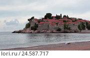 Купить «Пустой пляж отеля острова Свети Стефан перед началом туристического сезона. Черногория», видеоролик № 24587717, снято 25 октября 2016 г. (c) Кекяляйнен Андрей / Фотобанк Лори