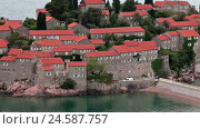 Жилые здания отеля на острове Свети Стефан, Черногория (2016 год). Стоковое видео, видеограф Кекяляйнен Андрей / Фотобанк Лори