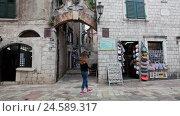 Магазинчики с сувенирами на первых этажах жилых зданий в старом городе Котора, Черногория (2016 год). Редакционное видео, видеограф Кекяляйнен Андрей / Фотобанк Лори