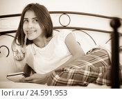 Купить «Portrait of girl putting dreams in notepad», фото № 24591953, снято 19 января 2019 г. (c) Яков Филимонов / Фотобанк Лори