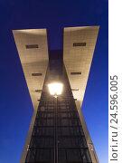 Купить «Cologne, Rheinauhafen, one of the crane houses from low perspective, illuminated, evening sky, blue hour,», фото № 24596005, снято 15 августа 2018 г. (c) mauritius images / Фотобанк Лори