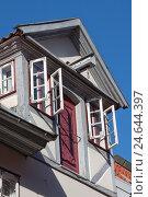 Купить «Фрагмент фасада старинного дома с распахнутыми окнами и балкой для подъема тяжестей в немецком городе Люнебурге», фото № 24644397, снято 9 августа 2015 г. (c) Наталья Николаева / Фотобанк Лори