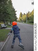 Ребенок на роликовых коньках в парке (2016 год). Редакционное фото, фотограф Рамиль Бакиров / Фотобанк Лори