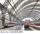 Купить «Germany, Saxony, Dresden, central station, trains, platform hall,», фото № 24669009, снято 22 августа 2018 г. (c) mauritius images / Фотобанк Лори