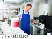 Купить «man standing in supermarket», фото № 24692969, снято 19 февраля 2020 г. (c) Яков Филимонов / Фотобанк Лори
