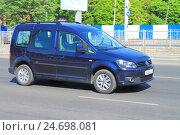 Купить «Темно-синий автомобиль Volkswagen Caddy на дороге в солнечный день», фото № 24698081, снято 11 мая 2016 г. (c) Михаил Рудницкий / Фотобанк Лори