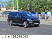 Купить «Черный немецкий автомобиль Mercedes-Benz GLE-класса на дороге в солнечный день», фото № 24698085, снято 11 мая 2016 г. (c) Михаил Рудницкий / Фотобанк Лори