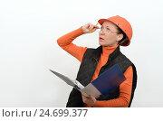 Портрет управляющей строительством, женщина в очках и защитном шлеме с папкой документов в руке. Стоковое фото, фотограф VIACHESLAV KRYLOV / Фотобанк Лори