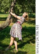 Купить «Беременная женщина держится за дерево в парке», фото № 24706161, снято 10 августа 2014 г. (c) Андрей Некрасов / Фотобанк Лори