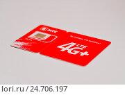 Пластиковая карточка с новой SIM картой формата 4G+ (2016 год). Редакционное фото, фотограф Геннадий Соловьев / Фотобанк Лори