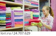 Купить «female customer examining various towers», видеоролик № 24707629, снято 8 декабря 2016 г. (c) Яков Филимонов / Фотобанк Лори