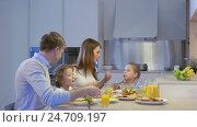 Купить «Praying family at the dinner table», видеоролик № 24709197, снято 18 января 2020 г. (c) Raev Denis / Фотобанк Лори