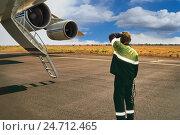 Купить «Авиатехник контролирует процесс запуска двигателей перед вылетом самого большого в мире российского грузового самолета», фото № 24712465, снято 23 января 2013 г. (c) oleg savichev / Фотобанк Лори