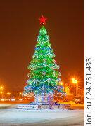 Новогодняя елка на улице, фото № 24731433, снято 15 декабря 2016 г. (c) Дмитрий Тищенко / Фотобанк Лори