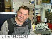 Купить «Позитивный мужчина за работой», эксклюзивное фото № 24732093, снято 15 декабря 2016 г. (c) Юрий Морозов / Фотобанк Лори