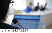 Купить «Микрофон крупным планом. Заседание, совещание за столом, женщина в профиль, монитор и люди», видеоролик № 24743937, снято 20 декабря 2016 г. (c) Mikhail Erguine / Фотобанк Лори
