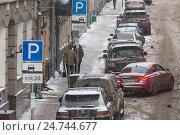 Купить «Автомобиль паркуется на платное парковочное место на центральной улице города Москвы, Россия», фото № 24744677, снято 6 декабря 2016 г. (c) Николай Винокуров / Фотобанк Лори