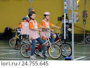 Купить «Обучение правилам дорожного движения в детском велогородке», фото № 24755645, снято 24 июня 2014 г. (c) Free Wind / Фотобанк Лори