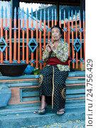 Старая балийская женщина молится в храме, фото № 24756429, снято 8 ноября 2008 г. (c) Эдуард Паравян / Фотобанк Лори
