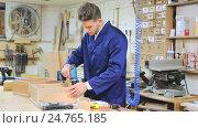 Купить «worker making strips for end edging», видеоролик № 24765185, снято 28 ноября 2016 г. (c) Яков Филимонов / Фотобанк Лори